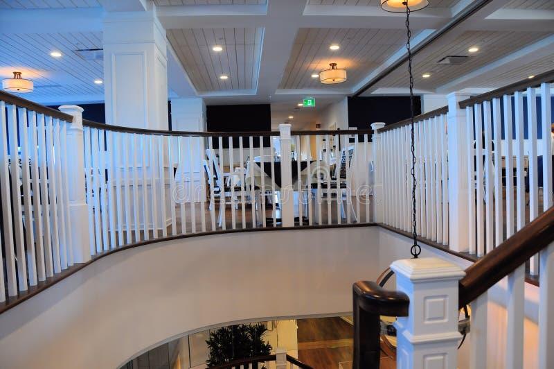 Escalier d'intérieur dans l'immeuble, deuxième étage photographie stock libre de droits