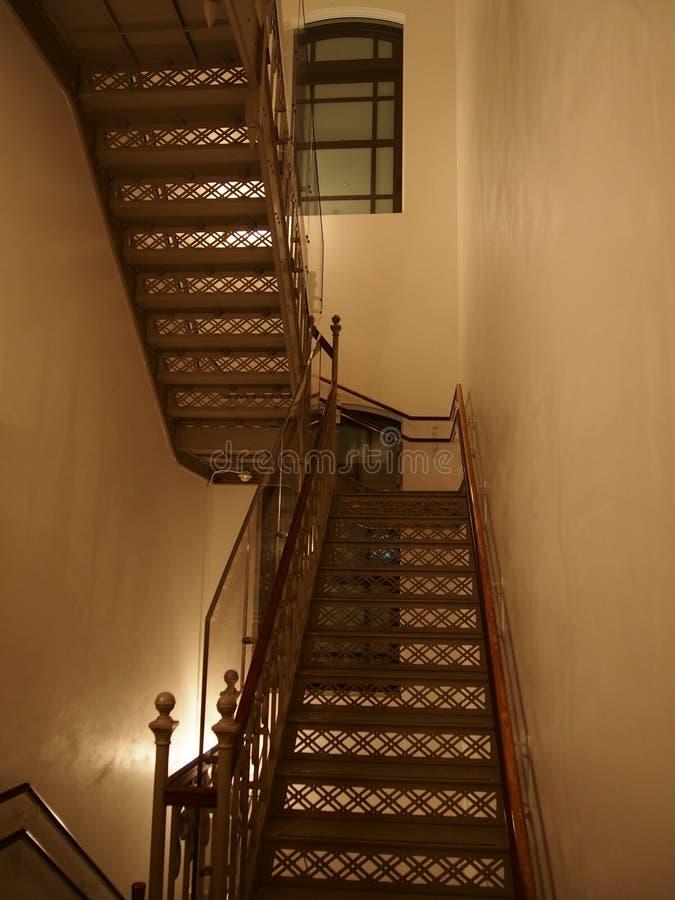 Escalier d'un musée dans les petits groupes architecturaux classiques de Tokyo image libre de droits