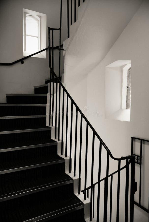 Escalier d'un vieux bâtiment en noir et blanc images libres de droits
