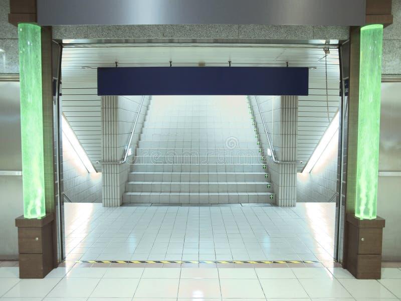 Escalier dans la canalisation souterraine images libres de droits