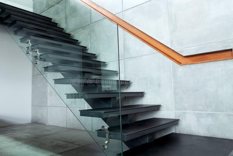 Escalier dans le mur moderne de villa et de ciment photos stock