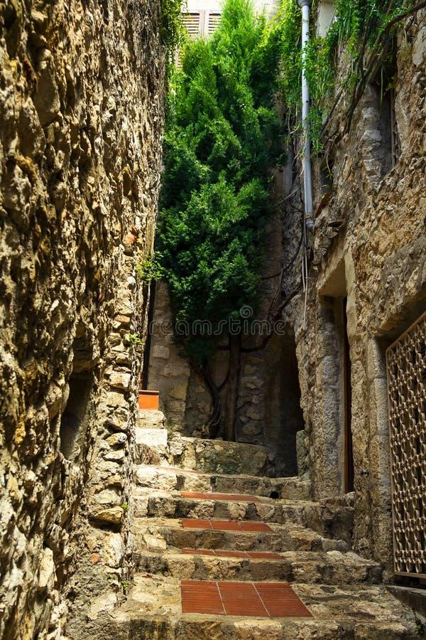 Escalier dans le village médiéval d'Eze à la côte de la Côte d'Azur en Provence, France images stock