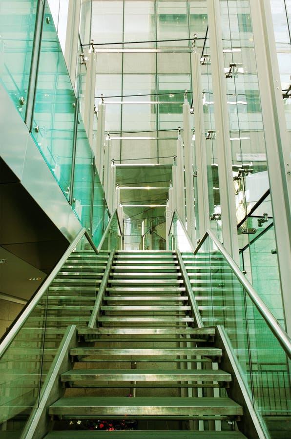 Escalier dans une construction en verre. image stock