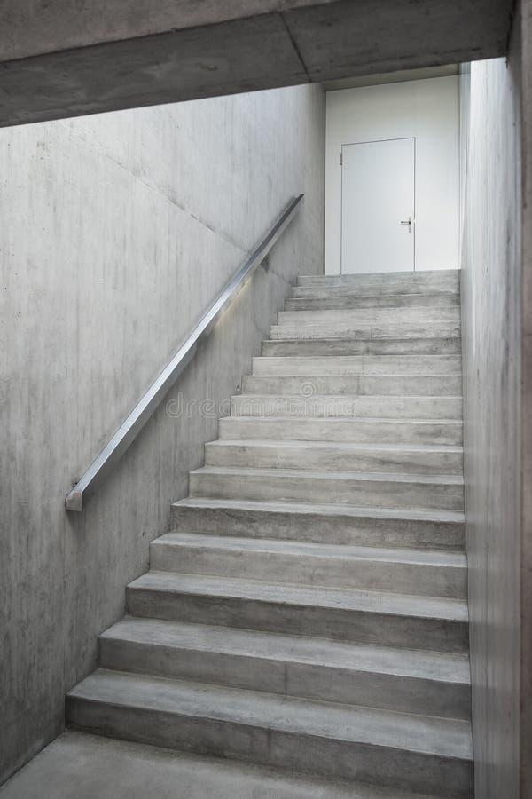 Escalier de b ton arm l 39 int rieur du b timent photo for Escalier interieur beton