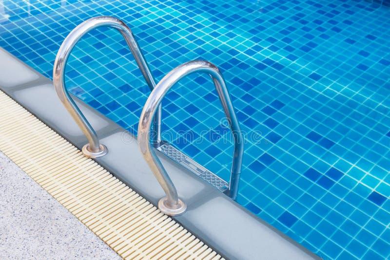 Escalier de balustrade d'acier inoxydable de piscine image stock