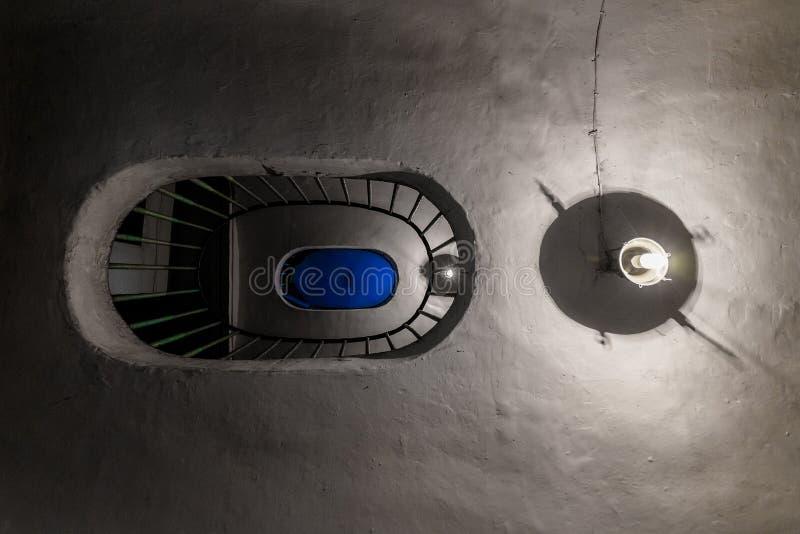 Escalier de cru dans un gratte-ciel et des deux lampes Vue inférieure photographie stock