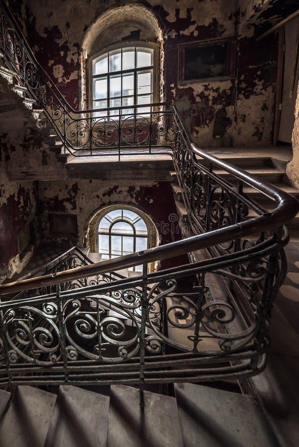 Escalier de décomposition dans une maison abandonnée photo stock