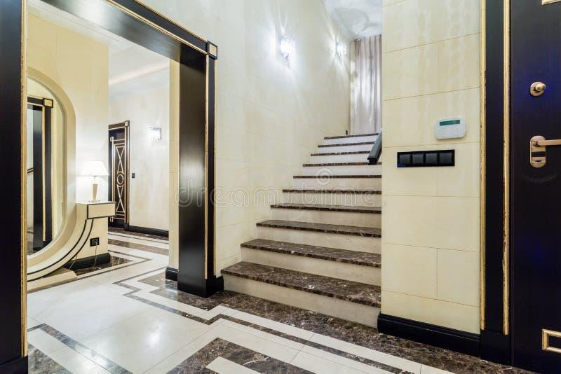 escalier de luxe dans la maison baroque image stock image du upstairs l gance 56340741. Black Bedroom Furniture Sets. Home Design Ideas