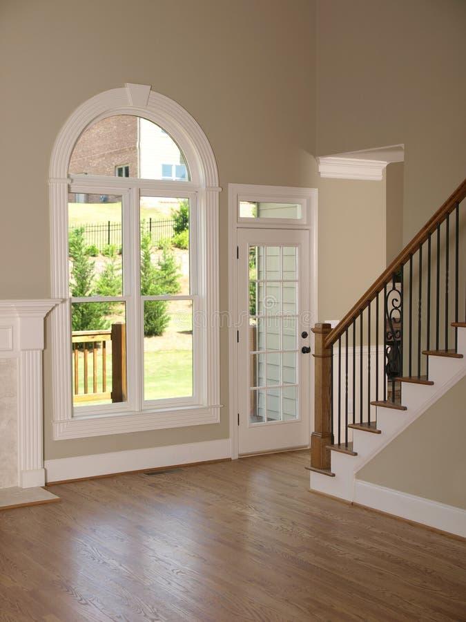 Escalier de luxe de salle de séjour de maison modèle images libres de droits