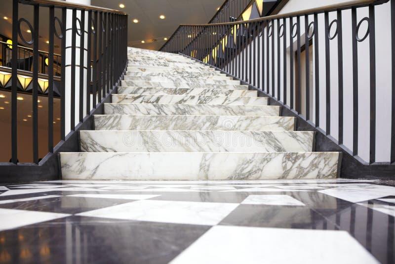 Escalier de marbre blanc dans l'intérieur de luxe photographie stock libre de droits