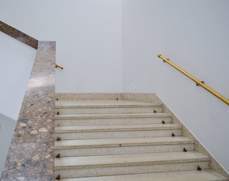 Escalier de marbre dans un nouveau bâtiment moderne Intérieur moderne lumineux photo libre de droits