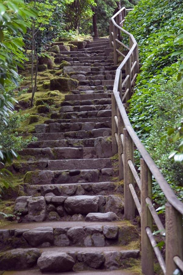 Escalier de roche aux jardins japonais photos stock