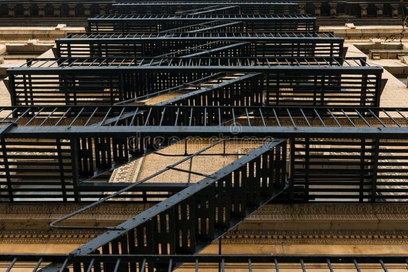 Escalier de secours démodé de fonte sur en dehors d'un immeuble dans le voisinage de Harlem de New York City, NYC photo stock