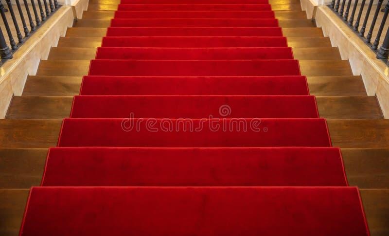 Escalier en bois couvert de fond de tapis rouge photographie stock libre de droits
