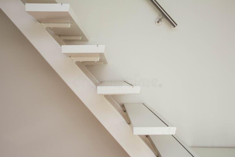 Escalier en bois moderne blanc et plan rapproché blanc de mur photo stock