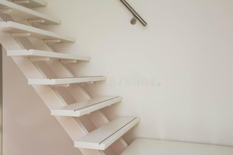 Escalier en bois moderne blanc et plan rapproché blanc de mur photos stock