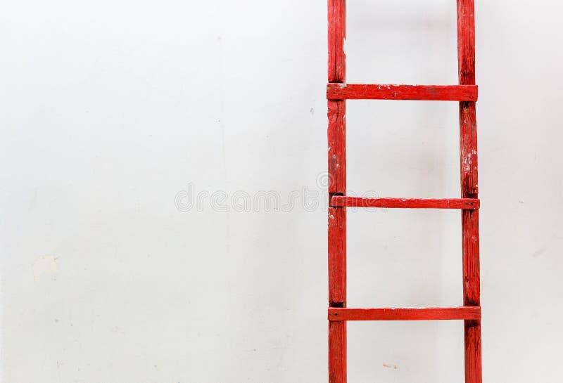 Escalier en bois rouge sur un fond blanc Affaires de motivation photo stock