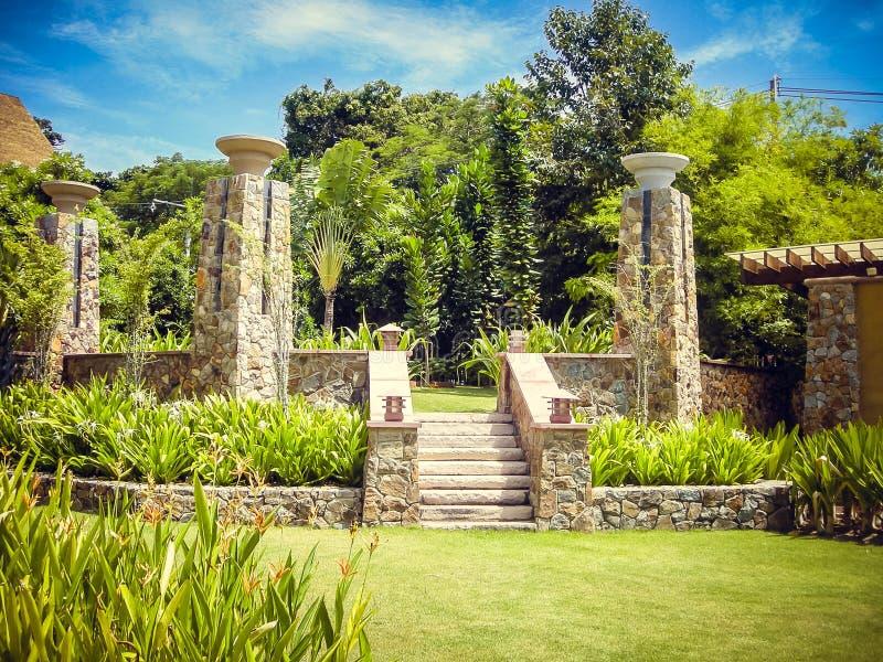 Escalier en pierre dans le jardin vert de la Thaïlande photographie stock libre de droits