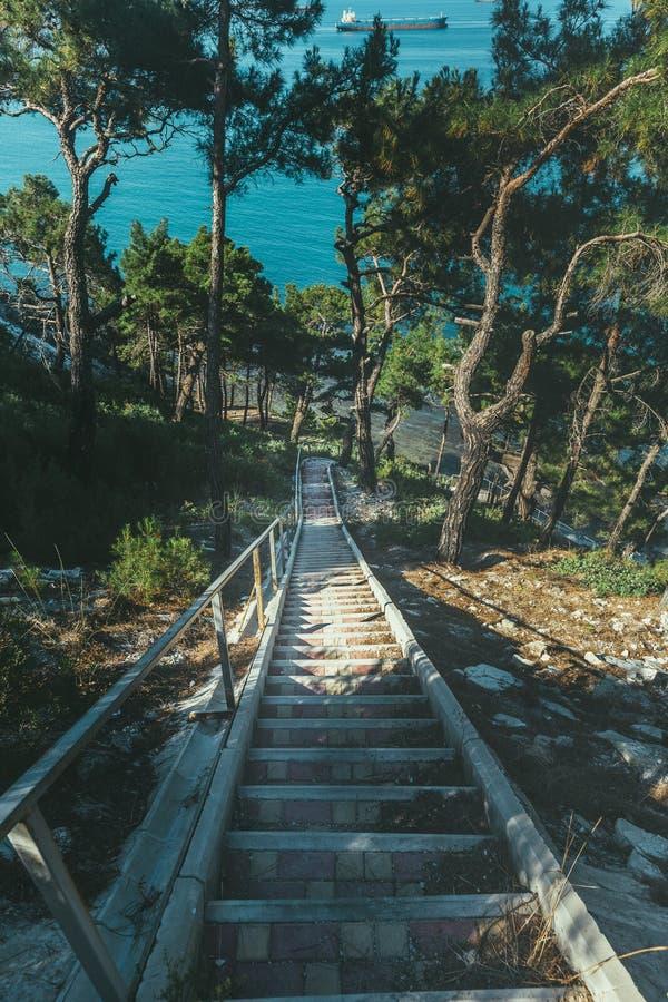 Escalier en pierre menant à la mer, dans le concept de vacances de destination de voyage de lever de soleil de matin photo libre de droits