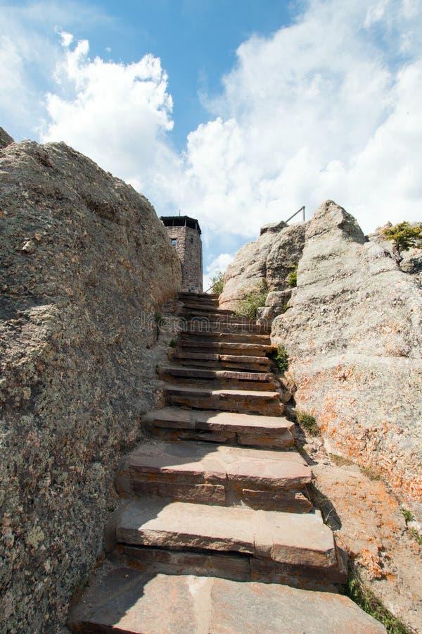 Escalier en pierre sur le chemin à la tour de surveillance du feu de crête de Harney dans la région sauvage de Custer State Parks photos libres de droits