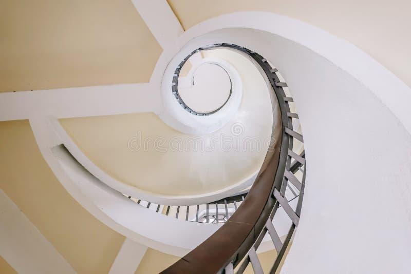 Escalier en spirale dans la pagoda au jardin chinois et japonais photographie stock libre de droits