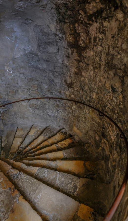 Escalier en spirale de cachot, descendant image libre de droits