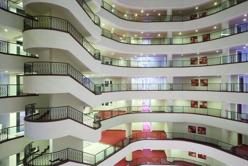 Escalier en spirale et balcons à l'intérieur d'hôtel de Goldcity photographie stock