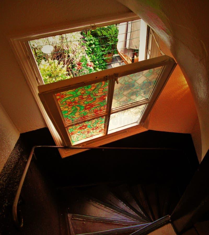 Escalier en spirale et fenêtre en verre teinté photo libre de droits