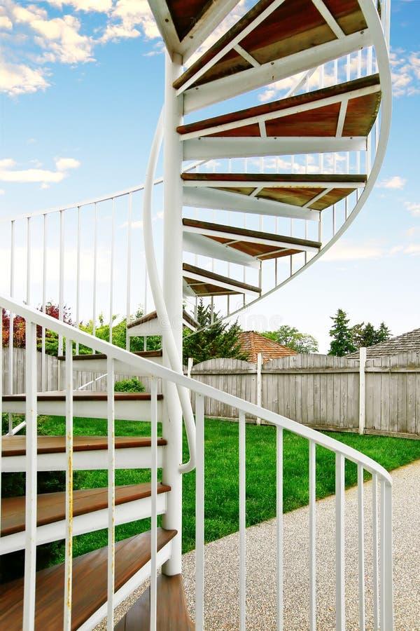 Download Escalier En Spirale Sur L'extérieur La Maison Image stock - Image du incendie, sécurité: 76080433