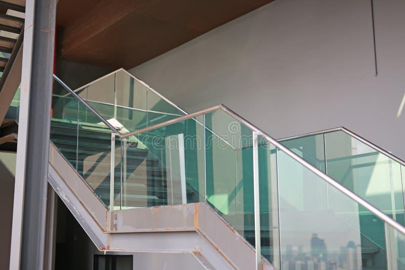 Escalier et balustrade au plancher supérieur photos stock