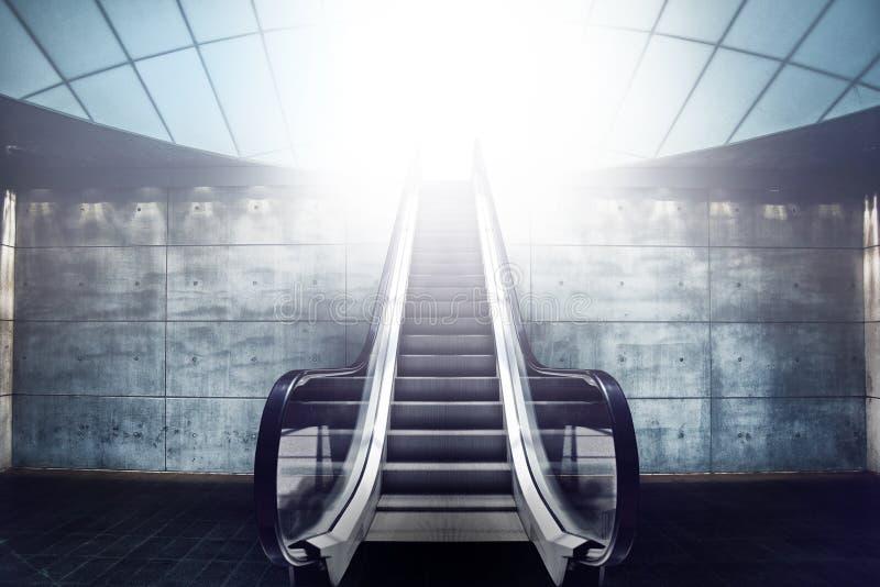 Escalier et sortie d'escalator à la lumière images libres de droits
