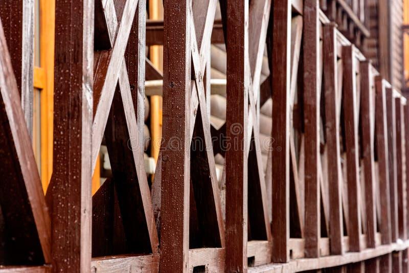 Escalier européen de chêne avec les canalisations verticales brunes dans un architecte moderne développé à la maison images stock