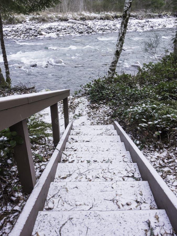 escalier ext rieur couvert dans la neige vers le bas la rivi re photo stock image du. Black Bedroom Furniture Sets. Home Design Ideas