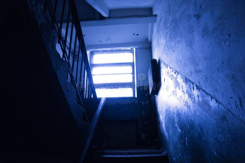 Escalier foncé photo libre de droits