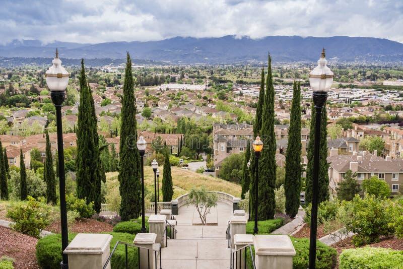 Escalier grand le jour nuageux et pluvieux et la vue vers un voisinage résidentiel, colline de communications, San José, la Calif image libre de droits