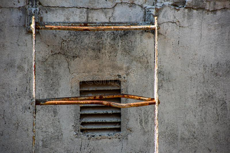 Escalier industriel recouvert de rouille et de grill en métal photos stock