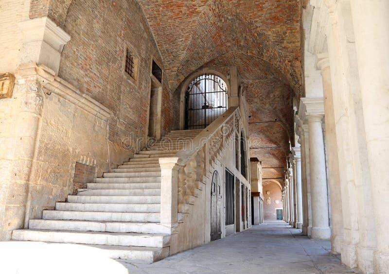 escalier large avec les étapes en pierre à s'élever au-dessus du Palladian Bas photos stock