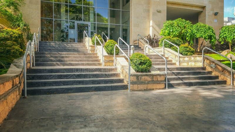 Escalier large de balustrade de main au condominium à plusiers étages photos stock