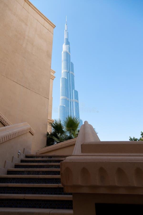 Escalier. Le gratte-ciel le plus grand sur le fond. images libres de droits