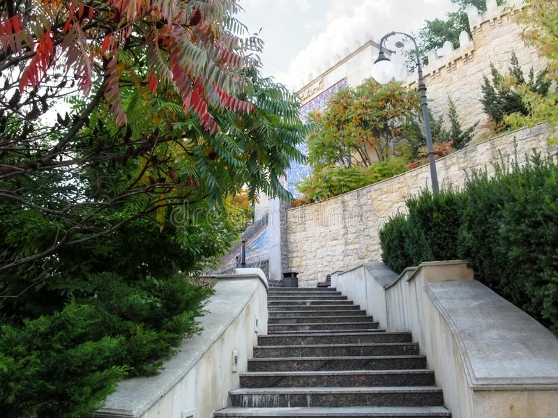 Escalier menant à la fontaine-cascade en Heydar Aliyev Park Kiev photographie stock
