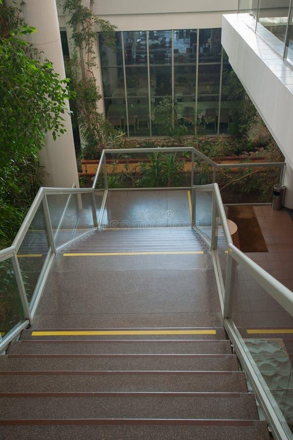 Escalier menant en bas des inscriptions sur les escaliers photographie stock libre de droits