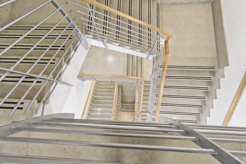 Escalier moderne dans l'immeuble de bureaux images stock