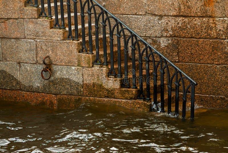 Escalier pour arroser le canal avec des balustrades photographie stock