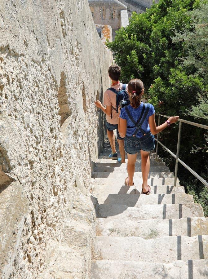 Escalier raide de la forteresse de Bonifacio sur l'île de Corse photos libres de droits