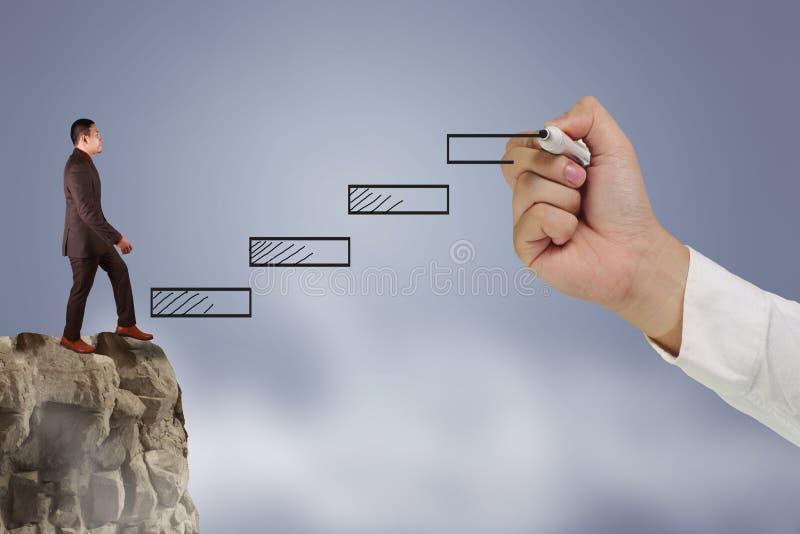 Escalier s'élevant fonctionnant d'homme d'affaires pour l'accomplissement réussi de carrière avec l'aide de la grande main de che images stock