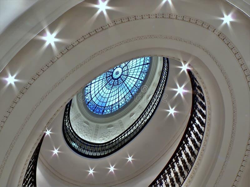 Escalier spiralé avec l'oreillette en verre photographie stock libre de droits