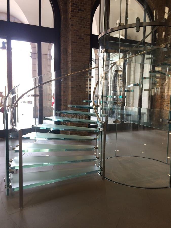 Escalier spiralé en verre images stock