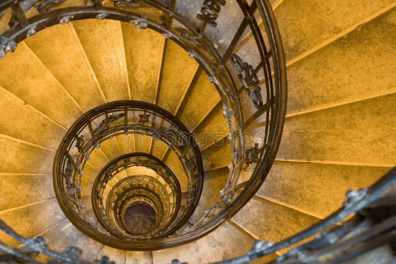 Escalier spiralé et opérations en pierre dans la vieille tour image stock