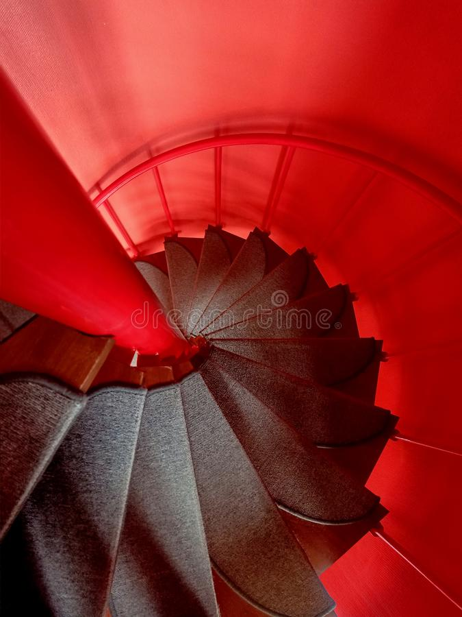 Escalier spiral? rouge photographie stock