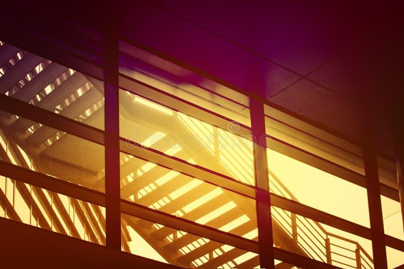 Escalier urbain de sortie de secours de bâtiment, Composi géométrique abstrait photos libres de droits